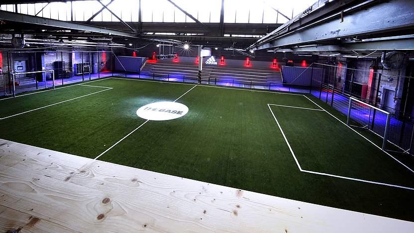 Hito Sencillez Entender  adidas BASE: DFB-Trikotlaunch in Fußballhalle